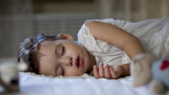 Bé 3 tuổi ra nhiều mồ hôi đầu có sao không?