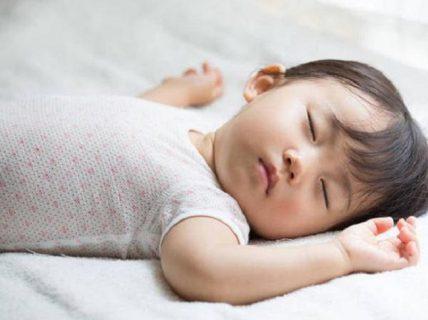 Trẻ 2 tuổi ngủ hay giật mình có nguy hiểm không?