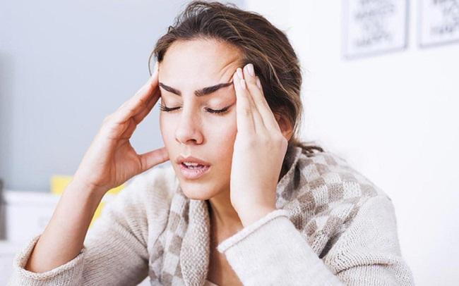 Sốt nhẹ và đau đầu kéo dài có sao không?