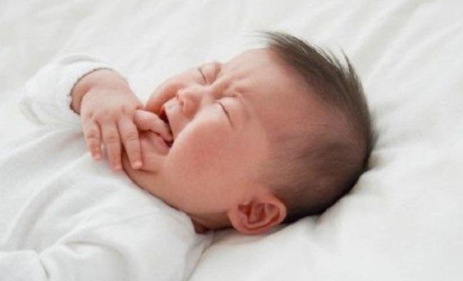 Bé ngủ không ngon giấc hay giật mình?