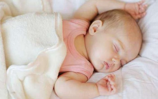 cách đánh thức bé sơ sinh dậy bú